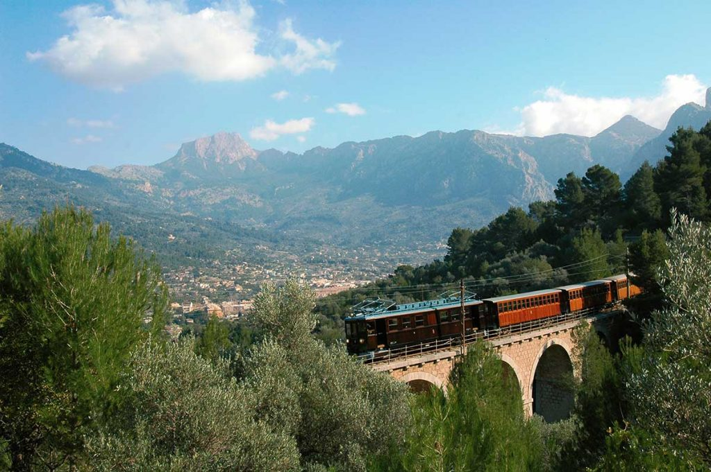 Trip-in-the-historic-train-through-the-Sierra-de-Tramuntana-on-Mallorca